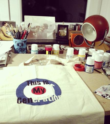 O. Carol sac en tissu customisé peint à la main logo The Who My Generation work in progress