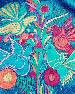 O. Carol customisation de vestes en jeans peinture textile motif Hawaii oiseaux colorés végétation
