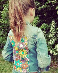 O. Carol customisation de vestes en jeans pour enfants motif fleuri flower power peinture textile