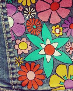 O. Carol customisation vestes en jeans motif fleuri coloré peinture textile