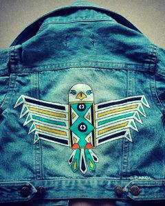 O. Carol veste en jeans pour bébé peinte à la main customisation aigle blanc motifs géométriques