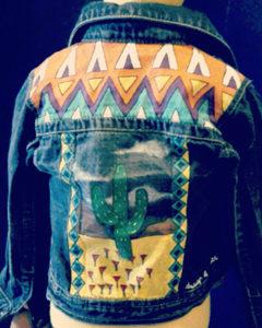 O. Carol veste en jeans peinte à la main enfant customisation cactus désert motifs géométriques