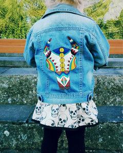 O. Carol veste en jeans pour bébé customisation peinture textile motifs géométriques crâne de bison