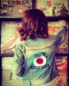 O. Carol veste en jeans logo The Who My Generation customisation peinture textile