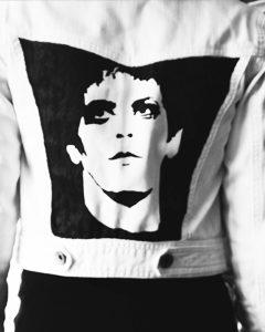 O. Carol veste en jeans blanche customisée peinte à la main visage Lou Reed Warhol noir et blanc monochrome