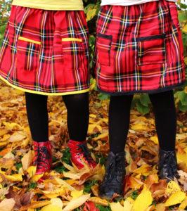 O. carol jupes écossaises rouges avec poches portées avec des bottines style Dr Martens pour un côté punk