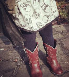 O. Carol jupe bébé à motif tête de mort avec bottes de cowboy pour un style qui arrache!