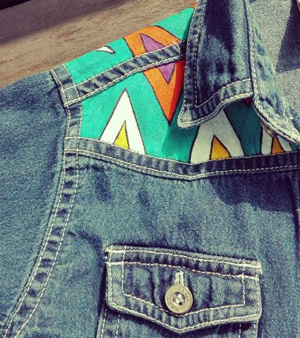 O. Carol chemise en jeans customisée peinte à la main pour enfant détail de l'épaule motifs géométriques