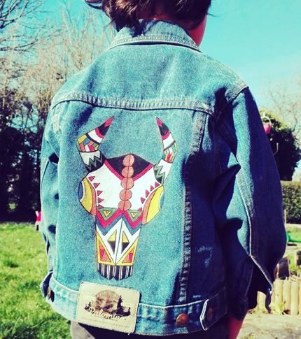 O. Carol veste en jeans crâne de bison coloré original formes géométriques peint à la main