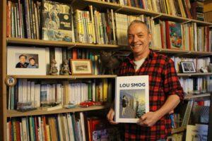 Georges Van Linthout avec l'Intégrale 1 de Lou Smog, dans son atelier à Cheratte